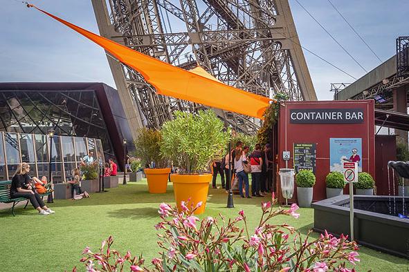 La Torre Eiffel se une a la moda de terrazas con césped