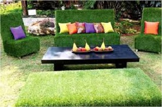 Un jardín con muebles invisibles